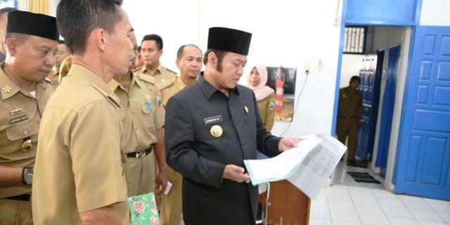 Bupati Lamsel saat memeriksa absensi pegawai dalam sidak di sejumalah kantor satker di pemkab setempat (Foto : Pranata)