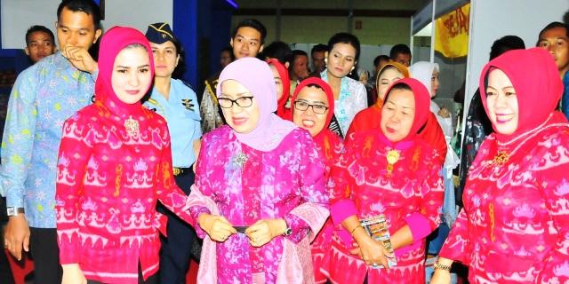 Saat Mufidah mengunjungi stan Dekranasda Kabupaten Pesawaran