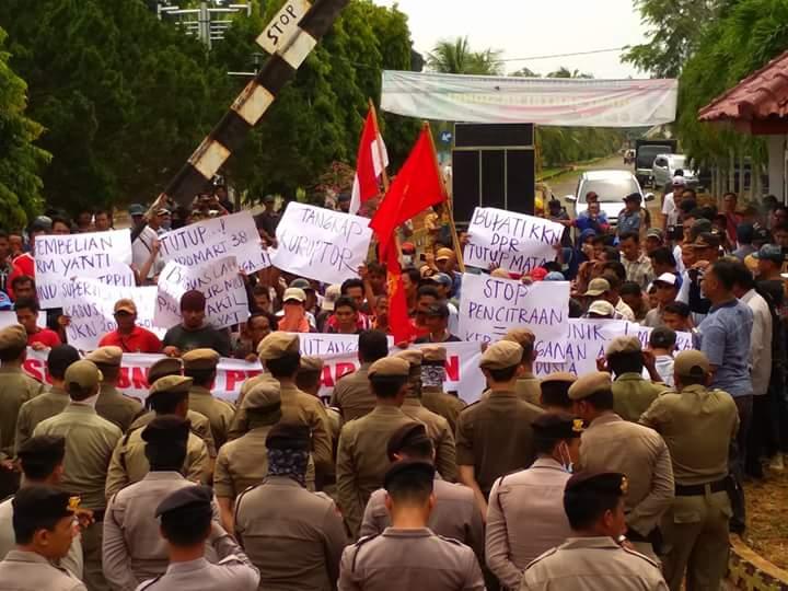 Ratusan Massa Tuntut Bupati Lampung Timur Di Proses Hukum