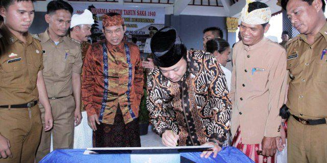 Bupati Zainudin Hasan Resmikan Gedung Wantilan Pura Segara Batu Putih Ketapang