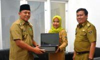 Mustafa Beri Laptop ke Kepsek dan Guru Berprestasi Lamteng Tingkat Nasional