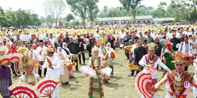 Bupati Menari Melinting Bersama Warga Lampung Timur