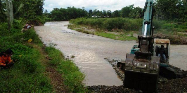 Pasca Banjir BPBD Tanggamus Lakukan Normalisasi Sungai Way Belu
