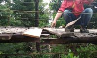 Warga Keluhkan Perbaikan Jembatan Gantung yang Terkesan Asal Jadi