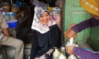 Blusukan di Pasar Pagi Krui Sebelum Kampanye, Nunik Minta Dibuatkan Jamu