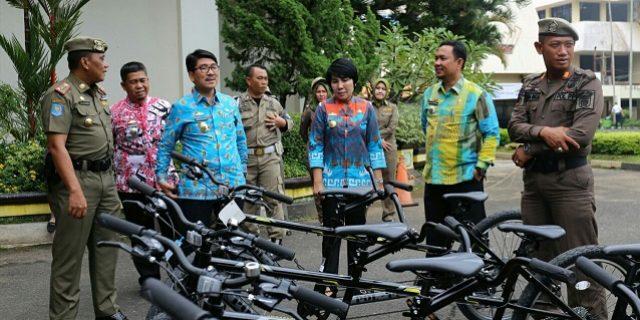 Plt. Sekdaprov Hamartoni Ahadis Serahkan 4 Sepeda Tandem ke Satpol PP untuk Pengamanan PKOR