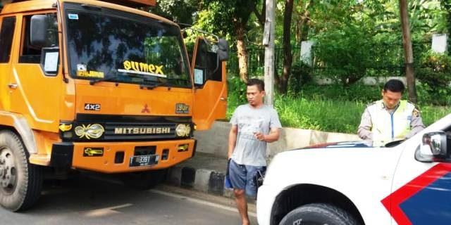 Satlantas Polres Lamsel Tilang Ditempat Pengemudi yang Parkir Sembarangan