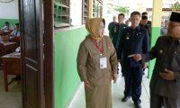 Bupati Hanan A Rozak Pantau UN Hari Pertama Tingkat SMP