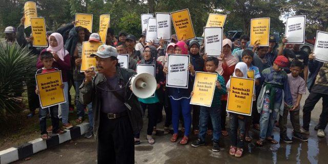 Ratusan Petani Tambak Mendemo PN Menggala