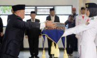 Bachtiar Basri Serahkan Baki Duplikat Bendera Pusaka Kepada Paskibra