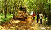 Kepala Desa dan Masyarakat Gotong-royong Buat Jalan dan Perbaiki Jembatan