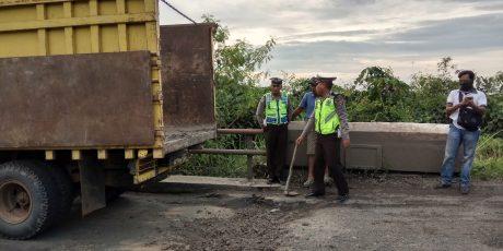 Satlantas Polres Mesuji Lakukan Penimbunan Jalan Diruas Jalintim