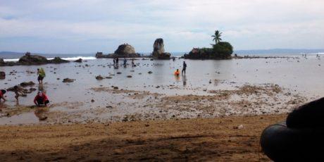 Pantai Karang Putih Cukuh Balak Dibanjiri Pengunjung